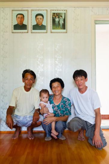 Một gia đình nông dân Triều Tiên chụp trước ảnh lãnh tụ. Bức ảnh thứ ba thể hiện địa vị của họ