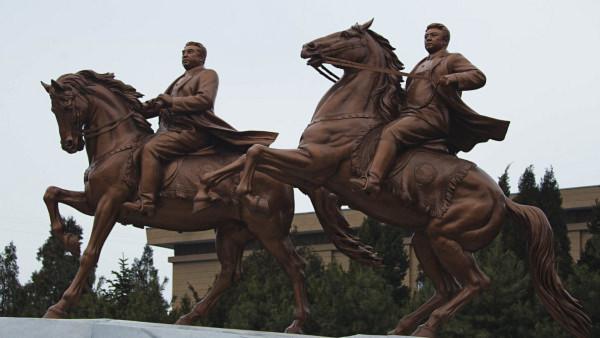 Bức tượng đồng của cố Chủ tịch Kim Nhật Thành và Kim Jong Il (phải) tại Trung tâm nghệ thuật Mansudae (Bình Nhưỡng).