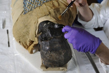 Trong xác ướp 2500 tuổi là một... cán chổi