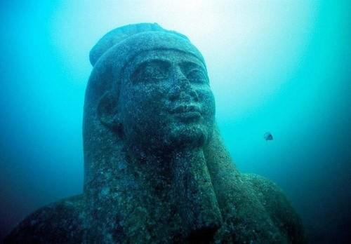 Phần đầu của một bức tượng khổng lồ bằng đá hoa cương đỏ trong đền thờ Heracleion. Đây là hình ảnh thần Hapi, vị thần lũ lụt của sông Nil, biểu tượng của đất đai màu mỡ trù phú.