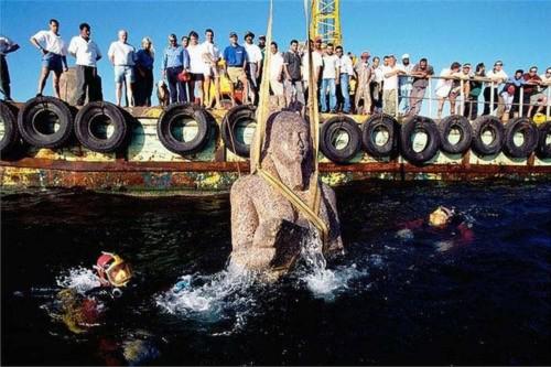 Các nhà khoa học đang trục vớt bức tượng thần Hapi cao 5,4m bằng đá grani đỏ. Đây là bức tượng lớn nhất từng được tìm thấy của vị thần này.