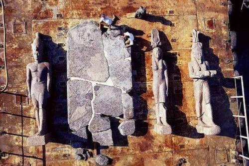 Nhiều bức tượng lớn và mảnh vỡ của một bia đá khổng lồ được trục vớt lên xà lan. Các bức tượng của Pharaoh, hoàng hậu và thần Hapi có niên đại thế kỷ 4 TCN còn bia đá vào khoảng thế kỷ 2 TCN.