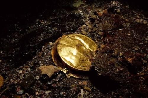 Một đồ dùng bằng vàng có tên gọi là Phiale được phát hiện tại di chỉ Heracleion. Phiale là những chiếc đĩa nông thường được dùng để chứa đồ uống hay lễ vật trong thời kỳ Hy Lạp cổ đại.