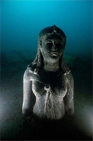 Một trong những bức tượng còn nguyên vẹn nhất tại đây là bức tượng bằng đá đen của nữ hoàng Ptolemy trong trang phục giống như hình ảnh của nữ thần Isis.