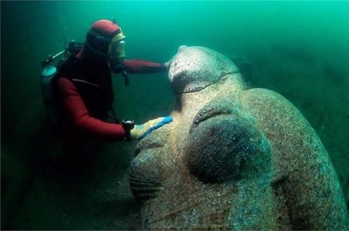 4. Còn đây là một bức tượng của hoàng hậu Ptolemaic bằng đá granit đỏ. Bức tượng có kích thước 490cm và nặng chừng 4 tấn.