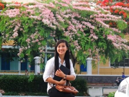Thiếu nữ Huế và những sắc hoa mùa hạ