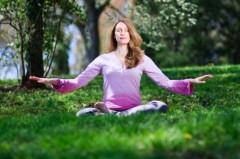 Một người phụ nữ toạ thiền Pháp Luân Công. Các khoa học gia phát hiện rằng thiền định và suy nghĩ lạc quan có thể tạo nên biến đổi dài hạn và phát triển tích cực ở đại não.
