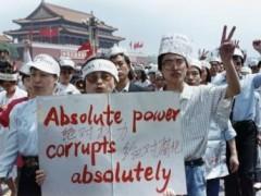 Một nhóm nhà báo ủng hộ các sinh viên biểu tình đòi dân chủ ở quảng trường Thiên An Môn, 17/05/1989 REUTERS/Carl Ho