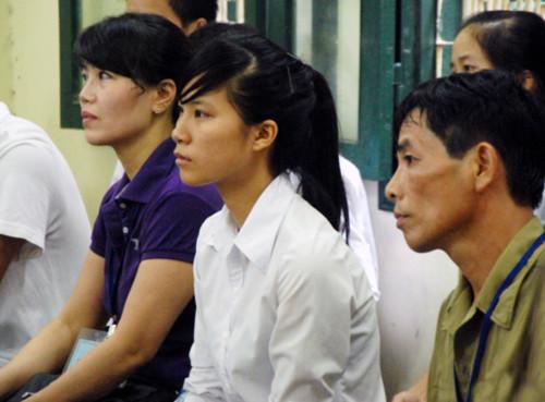 Bố của Hưng (ngoài cùng bên phải) gương mặt gầy rộc, mắt hõm sâu vì lo cho con. Ngồi kế bên, Nguyễn Kiều Trang - người chị họ được Hưng giúp đỡ khi bị Thân sàm sỡ