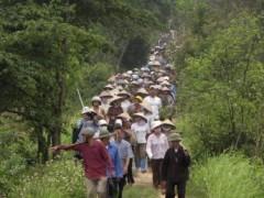 Nông dân Văn Giang, tỉnh Hưng Yên biểu tình hôm 20/04/2012 chống trưng thu đất đai cho dự án xây dựng khu nghỉ mát sang trọng Ecopark REUTERS/Mua Xuan