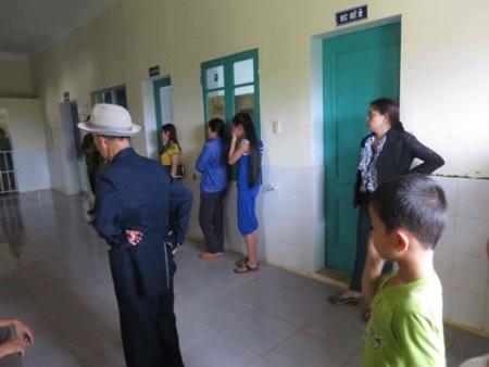 Gia đình các nạn nhân tập trung tại bệnh viện