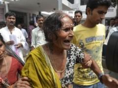 Nhiều bà mẹ Ấn Độ khóc than khi biết được hung tin (Reuters)
