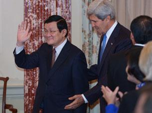Ngoại trưởng Mỹ John Kerry và Chủ tịch Việt Nam Trương Tấn Sang (T) tại Bộ Ngoại giao Hoa Kỳ ở Washington, DC trưa 24/7/2013. AFP PHOTO