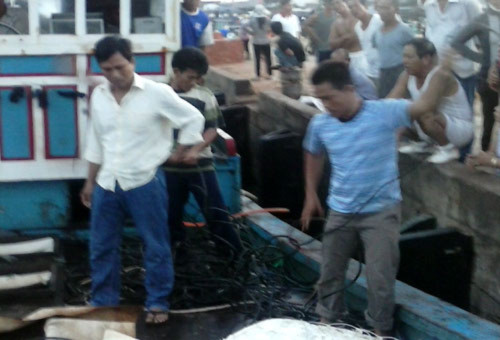 Các ngư dân đi trên tàu cá QNg 96787 TS còn chưa hết bàng hoàng sự việc vừa xảy ra.