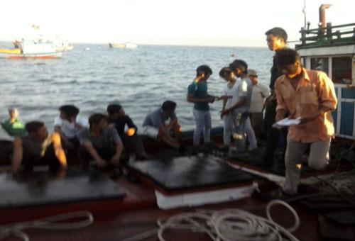 Các ngư dân trên tàu chưa hết bàng hoàng sau sự việc xảy ra