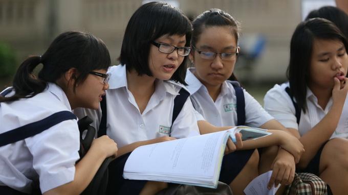 Thí sinh trao đổi bài trước giờ thi môn văn tại HĐT Trường chuyên Lê Hồng Phong - Ảnh: Như Hùng
