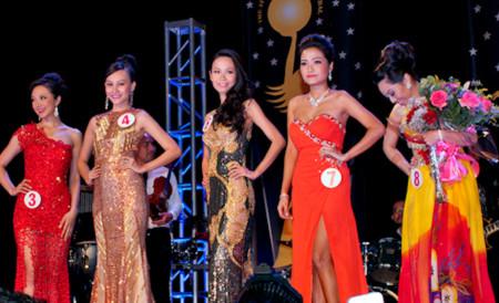 Chân dài sinh năm 1990 lọt vào top 5 thí sinh dự thi ứng xử để quyết định ngôi vị Hoa hậu.