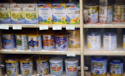 ữa bột cho trẻ em được bày bán trên các kệ ở một siêu thị tại Thượng Hải. Một quan chức về an toàn thực phẩm của Trung Quốc đã nhận xét hôm thứ Tư rằng đất nước nên thiết lập một hệ thống tiêu chuẩn an toàn thực phẩm riêng và không theo những nguyên tắc quốc tế, bởi vì họ vẫn đang còn là một nước đang phát triển.