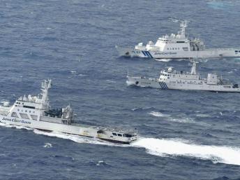 Tàu hải giám Trung Quốc số 66 (G) bị tàu tuần duyên Nhật Bản chặn đường xâm nhập vào lãnh hải quần đảo Senkaku/Điếu Ngư, 24/09/2012 REUTERS