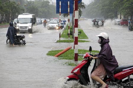 Đến khoảng 2 giờ chiều 8/8, nhiều đường phố ở Hà Nội đã ngập sâu.
