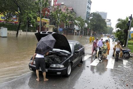 Những chiếc ô tô không vượt qua nổi đoạn đường ngập.