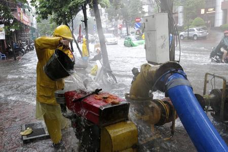 Nhân viên thoát nước đang tích cực bơm nước trên đường Huỳnh Thúc Kháng.