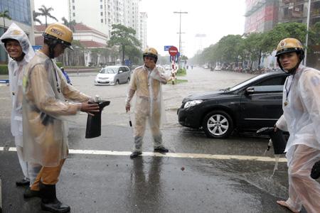 Những chiến sĩ CSGT cũng rất vất vả điều tiết giao thông tại nhưng nơi ngập nặng.