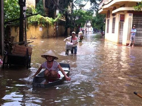 Người Hà Nội đi thuyền trên phố. Ảnh: Tiền Phong