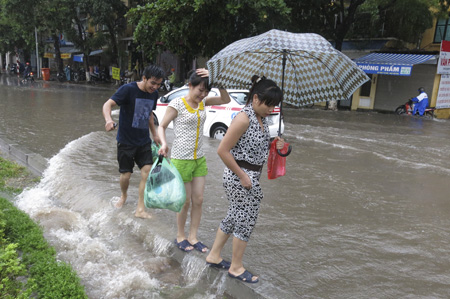 Ngập nước dưới gầm cầu vượt đường Láng Hạ.