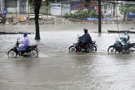 Nước tràn bờ đoạn sông nước thải trên phố Thái Hà.