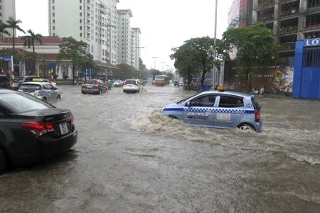 Rất nhiều xe máy chết máy giữa đoạn nước ngập và phải nhờ sự giúp đỡ.