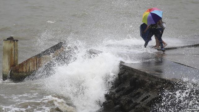 Sóng lớn đập vào một bờ đê trong tỉnh Hải Nam ở Trung Quốc, ngày 14/8/2013.