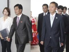 Trưởng đoàn đàm phán Hàn Quốc Kim Ki-woong (phía trước, phải) và đồng nhiệm Hàn Quốc Park Chol-su (thứ hai, trái) tại buổi đàm phán mở lại khu công nghiệp Kaesong ngày 14/08/2013. REUTERS/Korea Pool/News1