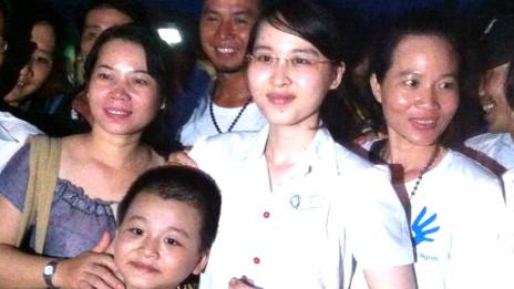 Sinh viên Nguyễn Phương Uyên được gia đình và bạn bè đón về nhà
