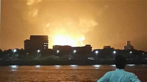 Ngọn lửa bốc cao sau vụ nổ tàu ngầm INS Sindhurakshak ở cảng Mumbai (Ảnh: Reuters)