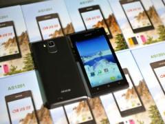 """Điện thoại thông minh """"Arirang"""", được coi là sản xuất tại Xí nghiệp 11/05 của Bắc Triều Tiên. REUTERS/KCNA"""