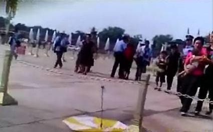 Cảnh sát Bắc Kinh đã bắt giữ bốn trẻ em và bốn người lớn biểu tình trên Quảng trường Thiên An Môn ngày 04 Tháng Tám năm 2013. Các em đã đi từ Nội Mông đến Bắc Kinh để tìm kiếm mẹ của chúng, những người đã bị bắt và biến mất sau khi họ nộp đơn khiếu nại về tham nhũng tại quê nhà của họ. (Chiến dịch nhân quyền ở Trung Quốc)