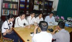 Thầy Phạm Đăng Khoa - Hiệu trưởng Trường THPT Chuyên Nguyễn Du (TP Buôn Ma Thuột, tỉnh Đắk Lắk) cùng với 4 thủ khoa học lớp 12 Chuyên Toán (vắng em Nguyễn Cường Quốc) trao đổi với các phóng viên.