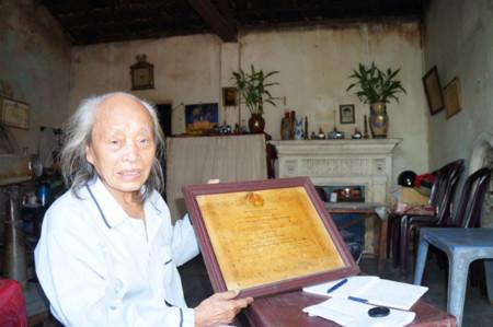 Cụ Ninh bên tấm Huân chương kháng chiến hạng Nhì do Nhà nước phong tặng vì đã có công lao trong kháng chiến chống Mỹ cứu nước.