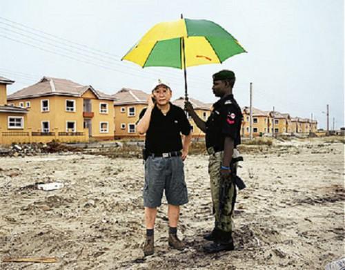 Một đại gia Trung Quốc có 15 nhà máy ở Nigeria và vệ sĩ người bản địa
