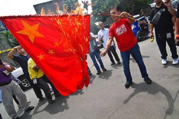 Abner Afuang, cựu thị trưởng một thành phố nhỏ ở Philippines đốt cờ Trung Quốc trong một cuộc biểu tình phản đối nước này.