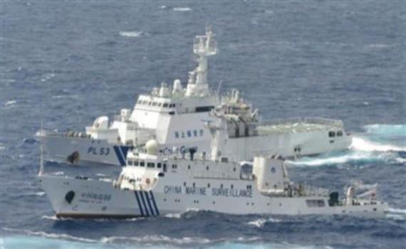 Một tàu Hải giám Trung Quốc di chuyển bên cạnh tàu tuần tra của Nhật Bản gần đảo tranh chấp Senkaku/Điếu Ngư