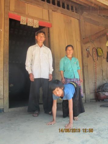 Lầu A Sáng và bố mẹ trước căn nhà của mình