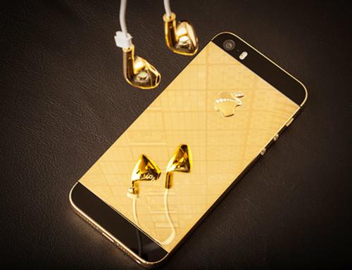 Đúng với tên gọi của mình iPhone 5S Glossy Gold có thể phẩn chiếu hình ảnh trên mặt sau máy.