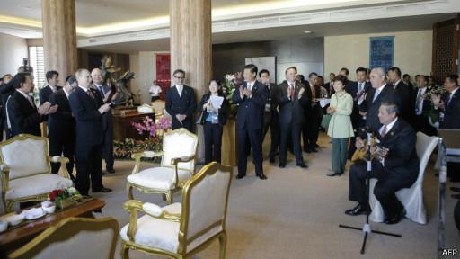 Tổng thống Indonesia chơi đàn tại APEC nhưng kinh tế vùng chưa khởi sắc