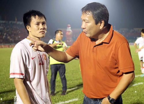 HLV Hoàng Văn Phúc sau trận chung kết BTV Cup tối 3/11. Ảnh: Đức Đồng.