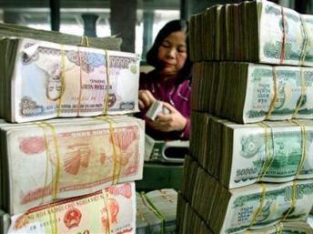 Đếm tiền tại một ngân hàng ở Hà Nội. Reuters