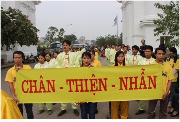 """Các học viên Pháp Luân Công ở Việt Nam tin rằng """"Chân Thiện Nhẫn"""" là nguyên lý của vũ trụ, vì vậy các học viên luôn hành xử theo nguyên lý này"""