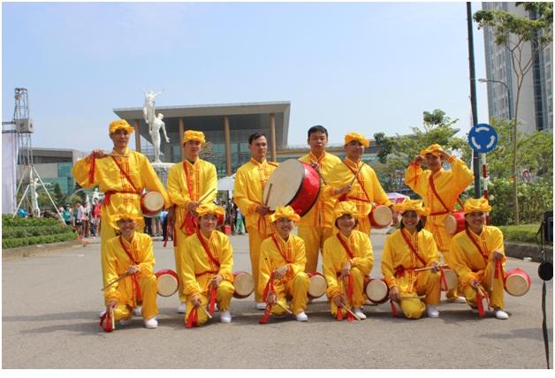 Đội trống lưng của học viên Pháp Luân Công đang biểu diễn