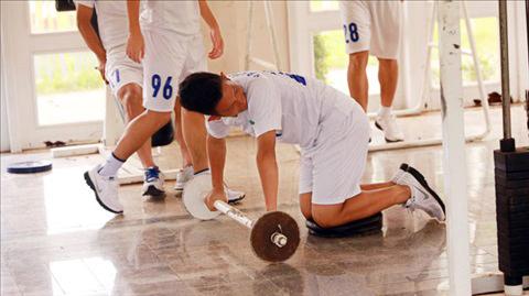 Sau 6 năm tập kỹ - chiến thuật trên sân cỏ, các cầu thủ khóa I Học viện HA.GL - Arsenal JMG bắt đầu tập hoàn thiện cơ bắp.